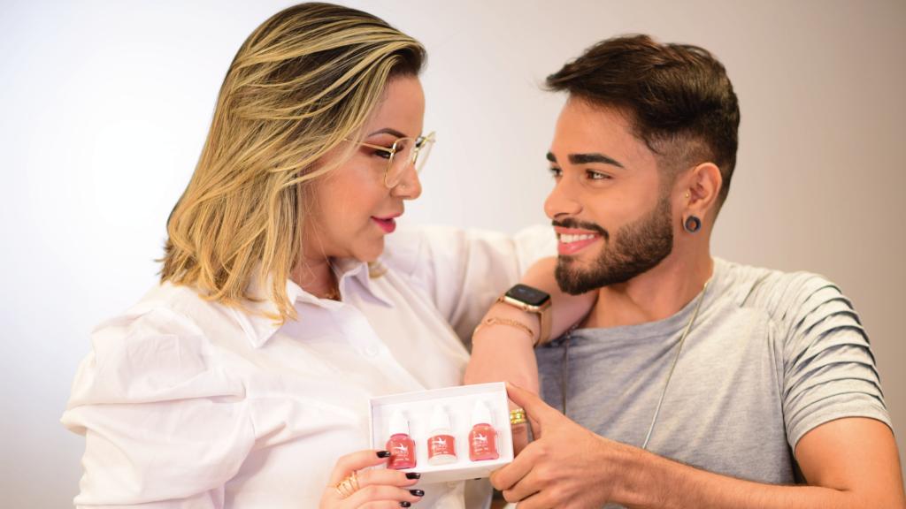 Micropigmentação labial masculina: Carol Martins com o influencer digital Henriki Borges